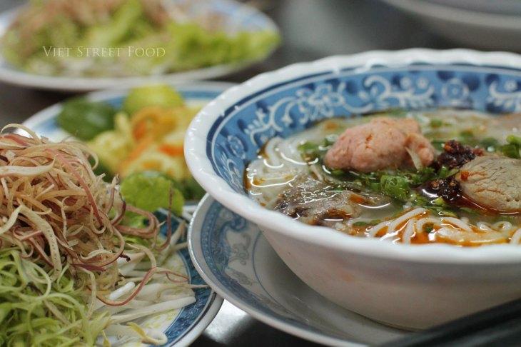 303c9-viet-street-food_bunbohuehanh