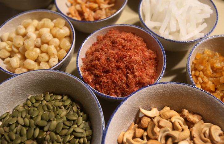 Thập cẩm phải có thịt heo khô (tô nằm giữa)còn vị ngọt từ các loại mứt hạt sen, bí đao...